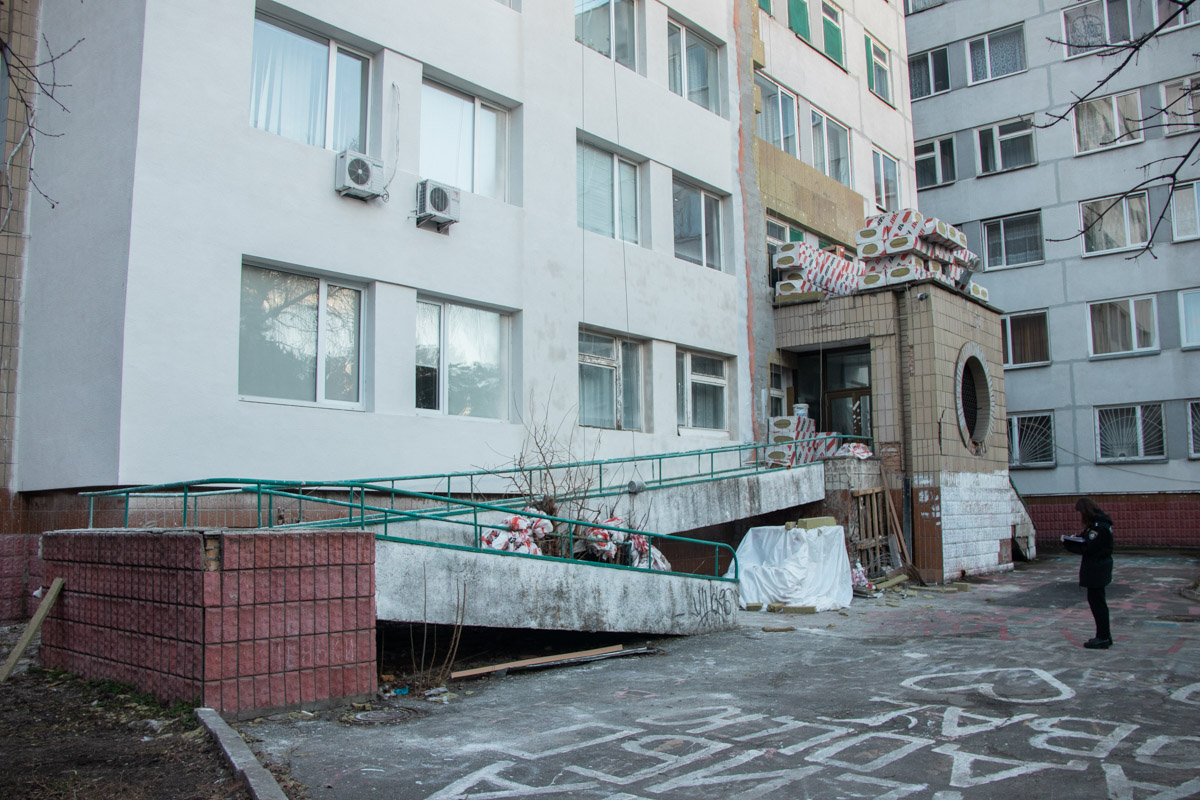 Мужчины утепляли фасад здания