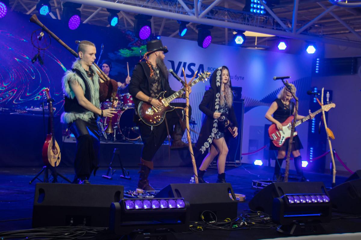 Не обошлось и без живой музыки — на сцене выступали такие группы как этно-рок группа «Ярна» и культовые ТНМК