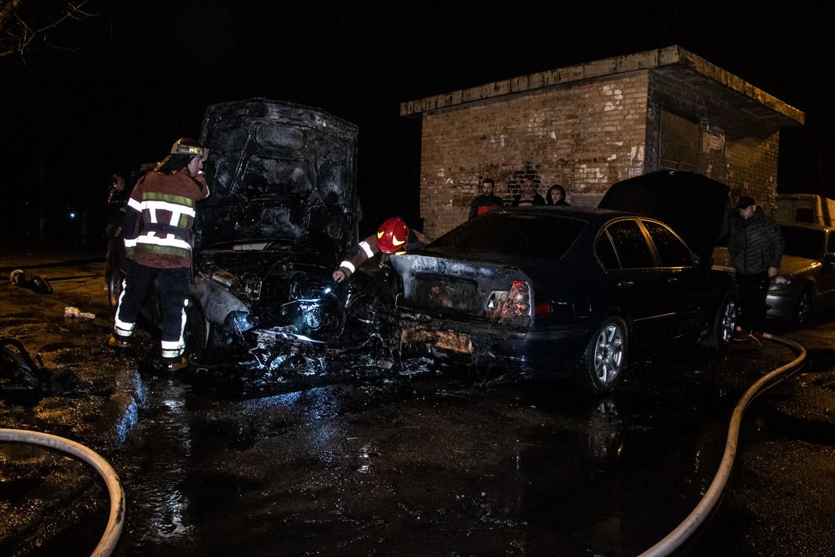 На улице Милютенко огонь охватил два автомобиля марки BMW