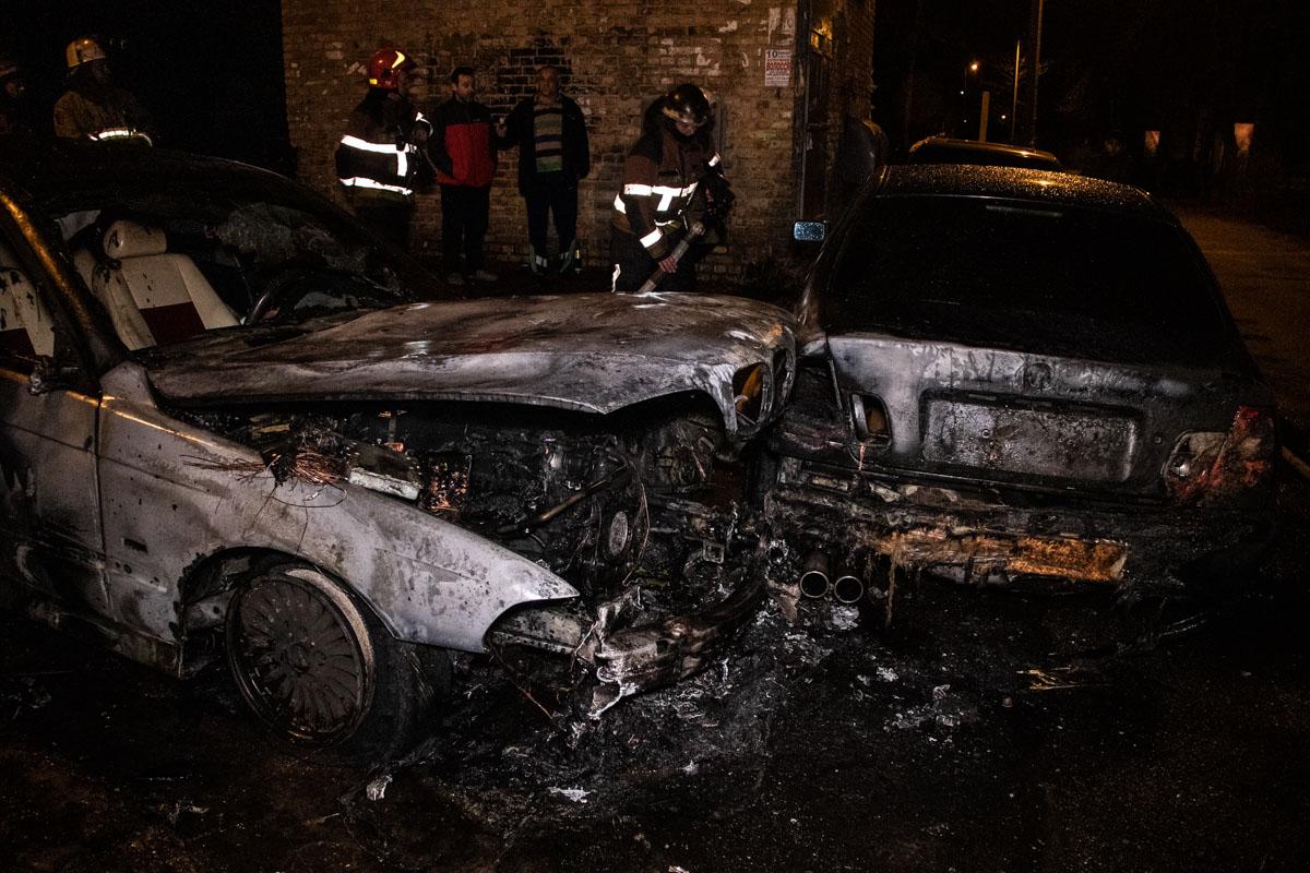 Пламя перекинулось на другую BMW , которая стояла рядом