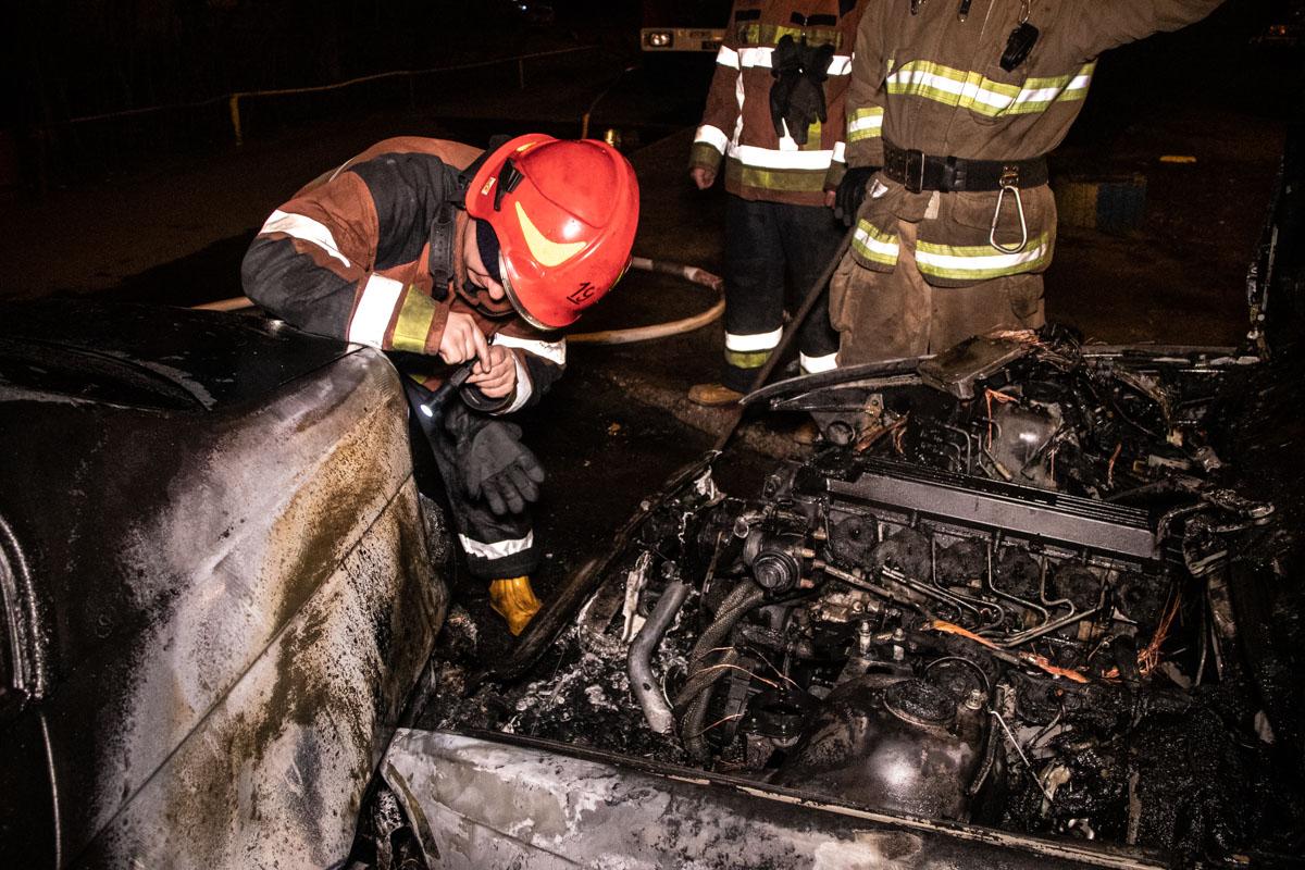 У BMW 3 повреждена задняя часть, но , к счастью, никто из людей не пострадал от огня