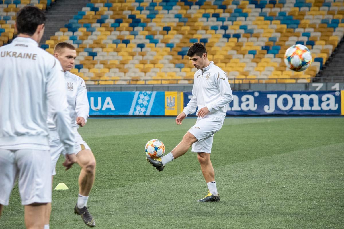 Руслан Малиновский взглядом (и отличной техникой) покоряет мяч