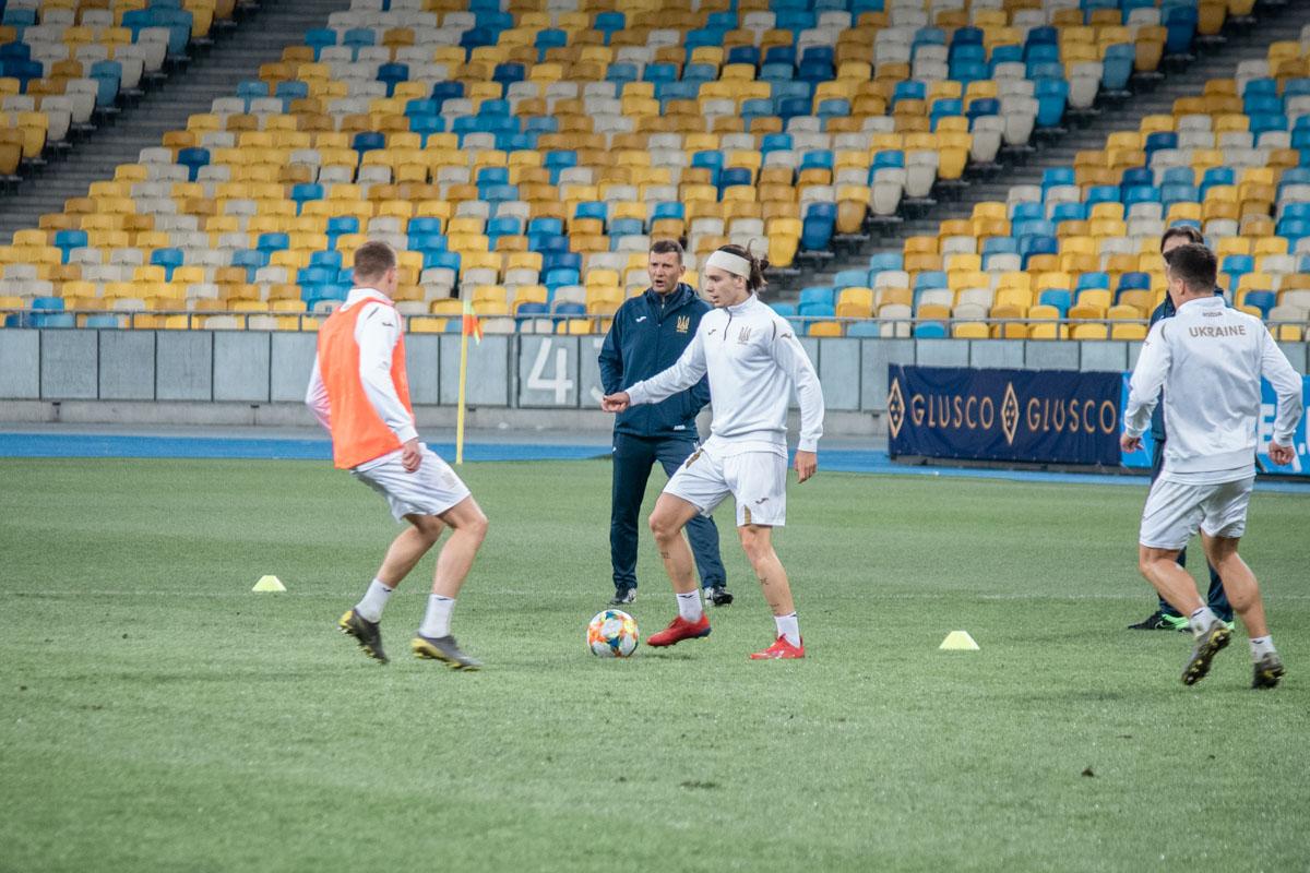 Николай Шапаренко в перспективе может стать главным диспетчером сборной. А пока он просто учится