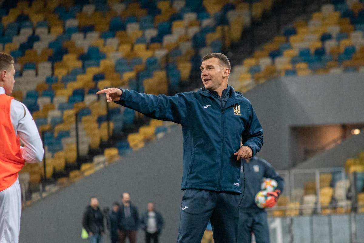 Андрей Шевченко указывает защитникам на ошибку. К словам прославленного форварда стоит прислушиваться
