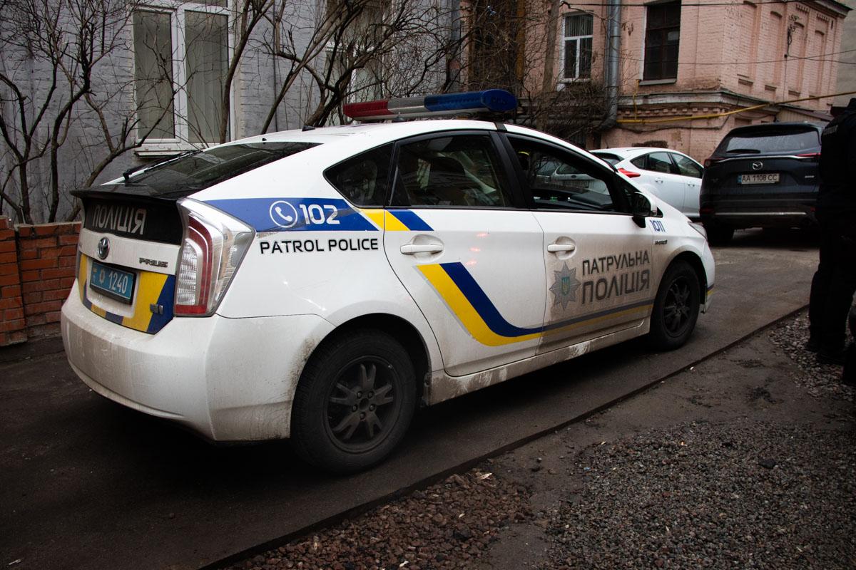 Возле мусорных баков дома по адресу бульвар Тараса Шевченко, 46 дворник обнаружил бездыханное тело мужчины