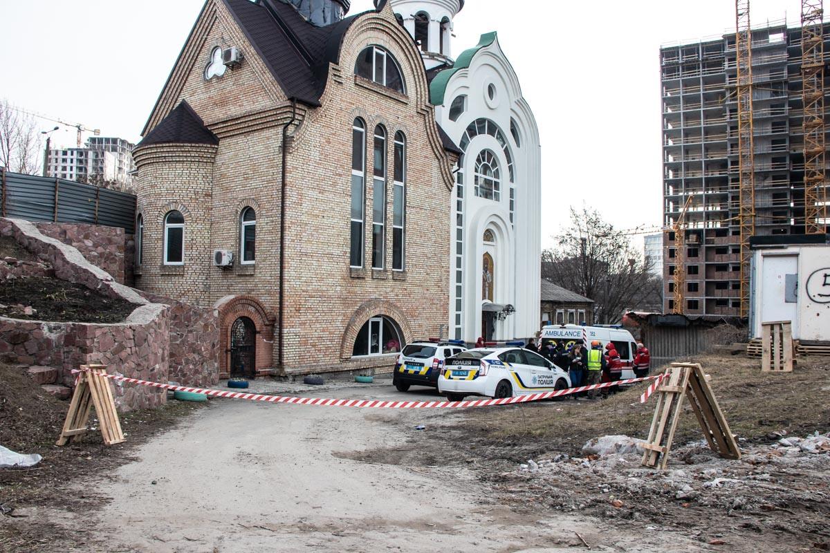 На Лукьяновке возле церкви нашли труп мужчины