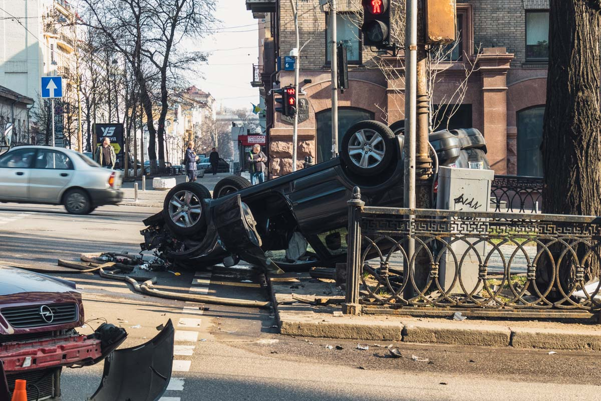 Один из автомобилей перевернулся