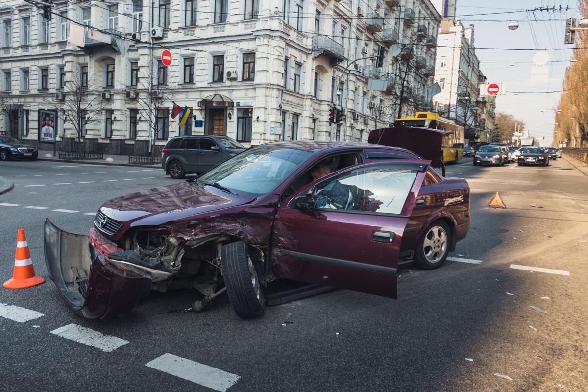 Водитель Opel поворачивал налево со среднего ряда