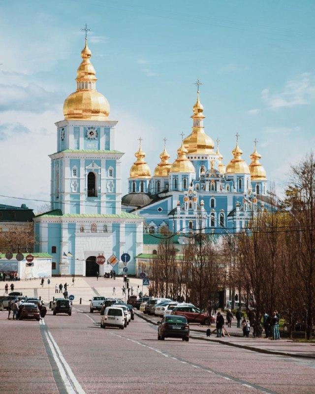 Величественный Михайловский собор сияет куполами в лучах солнца. Фото: @micolballerin