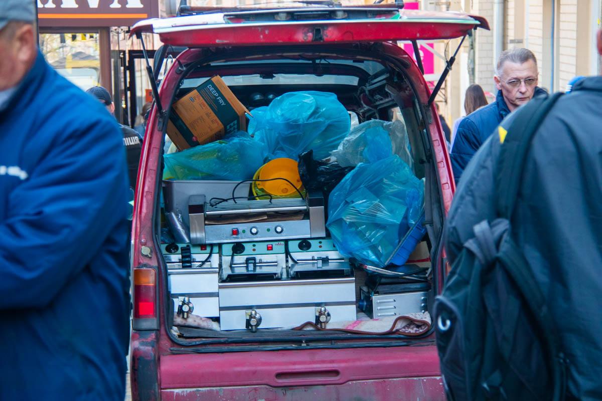 Владельцы спешат забрать свои вещи из МАФов