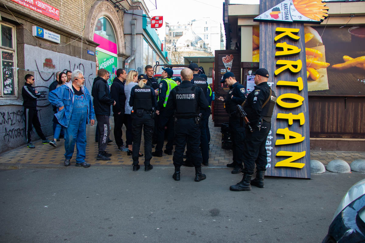 На месте дежурят несколько экипажей патрульных полицейских