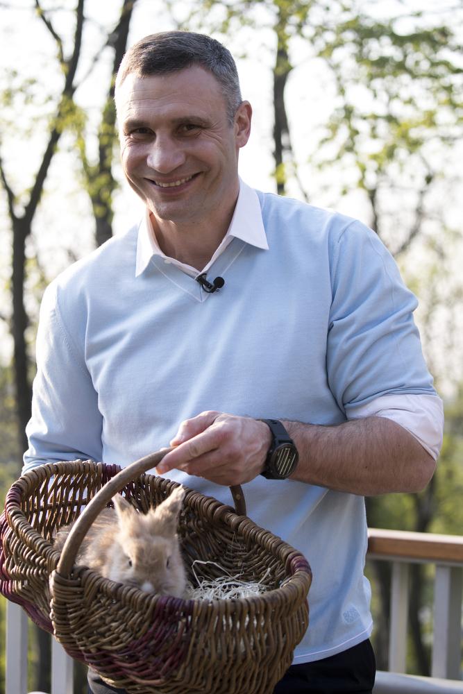 Мэр Киева с пасхальным кроликом