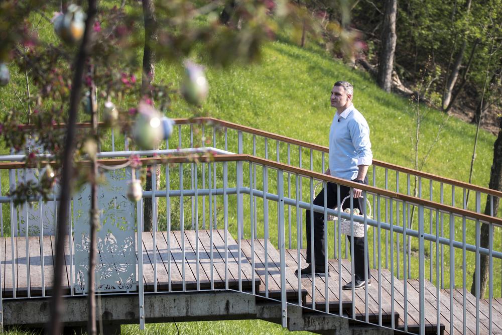 Виталий Кличко снял поздравление на новой лестнице на Пейзажной аллее