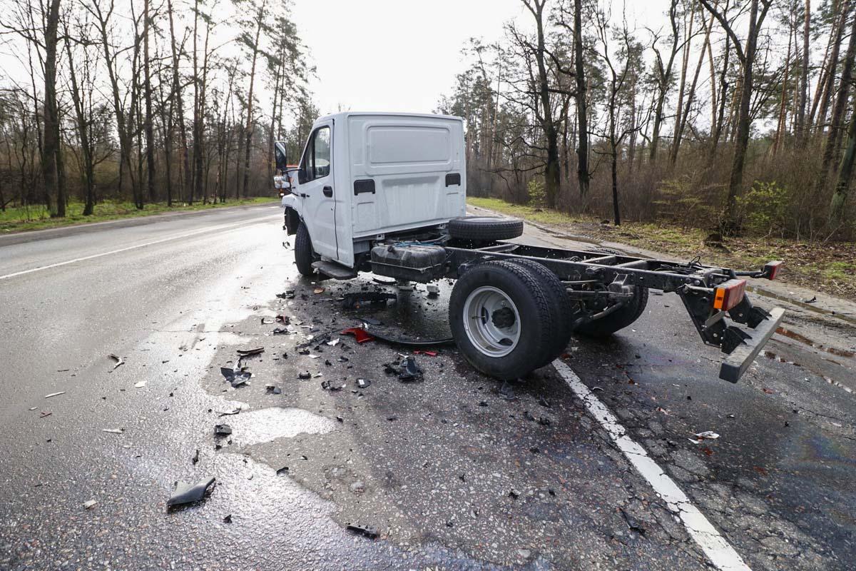 По словам водителя Mazda, он двигался на средней скорости по Гостомельскому шоссе. Перед ним ехал грузовик ГАЗ, который попытался обогнать несколько машин