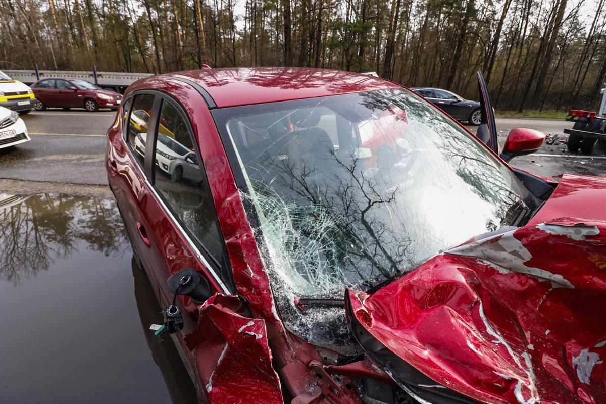 В результате аварии легковушку выкинуло на обочину на противоположной стороне дороги