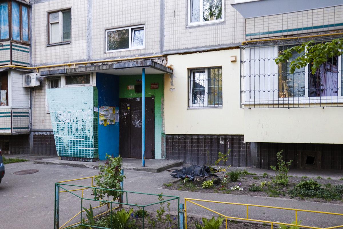 В Оболонском районе Киева мужчина выпал из окна квартиры
