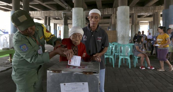 В Индонезии от переутомления умерли более 270 человек, которые работали на выборах