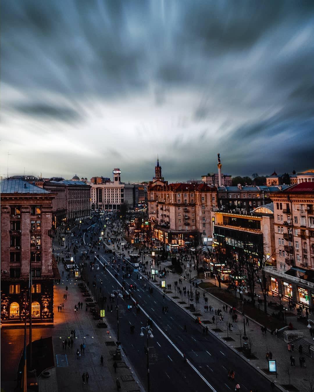 Суровые серые тучи накрыли такой людный Киев. Фото: p_belskyi