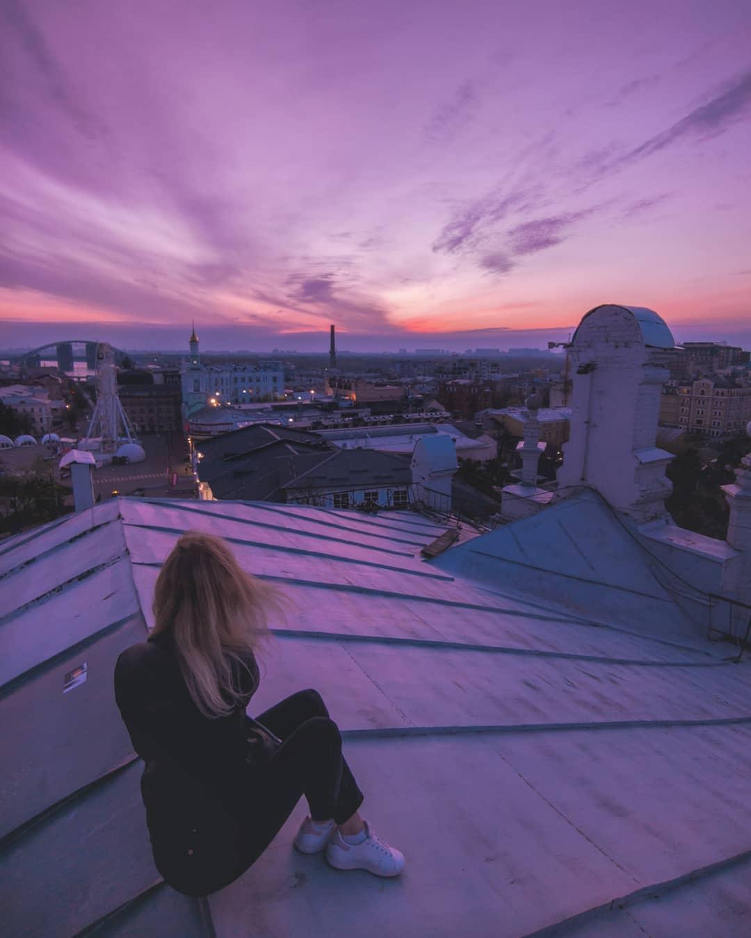 Сквозь стеклянные стены дома и крыши пробивается ветреный, лихорадочно-розовый, тревожный закат. Фото: @cyanidium