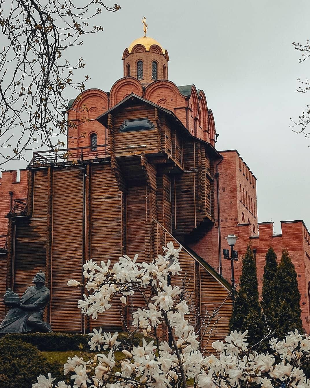 Золотые ворота в апреле выглядят наиболее загадочно. Фото: @street_photo_vl