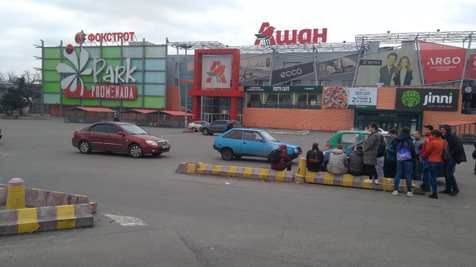 """В субботу, 13 апреля, в Киеве начали закрывать супермаркеты """"Ашан"""""""