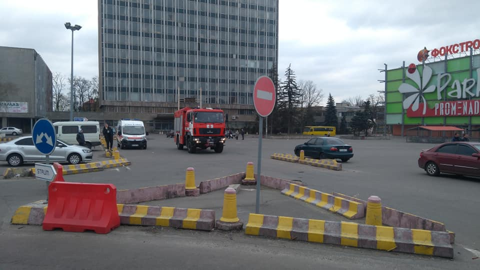 Возле гипермаркетов дежурят автомобили ГСЧС и скорой помощи
