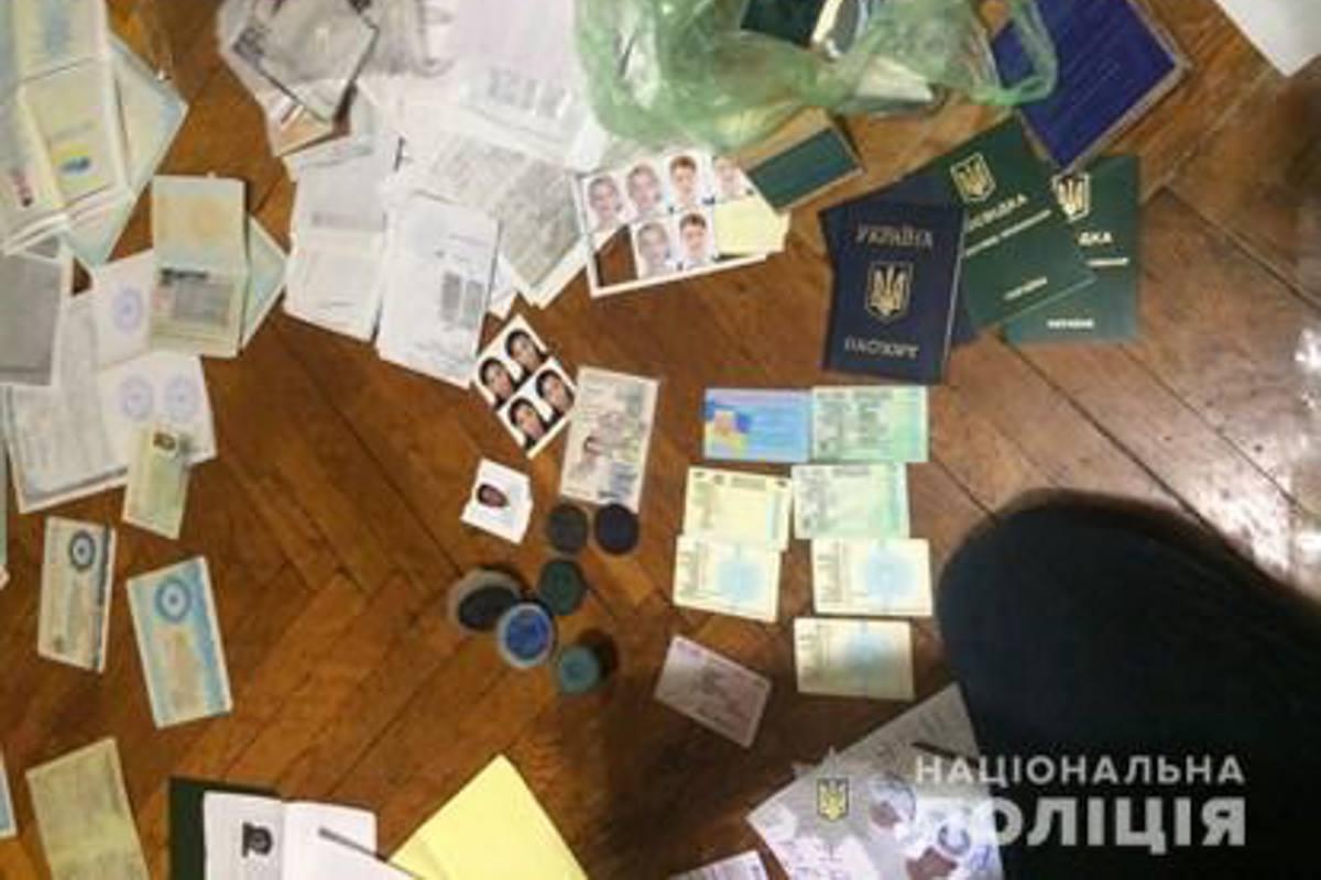 Под Киевом группа мужчин предоставляла поддельные документы для пересечения границы