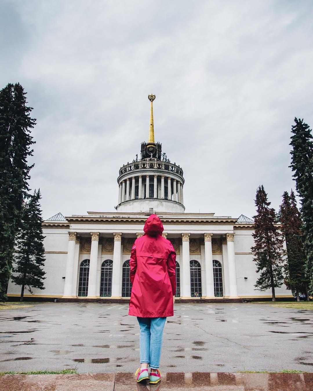 Такая мокрая погода - лучшее время для стильных и ярких плащей. Фото: @vdngkyiv