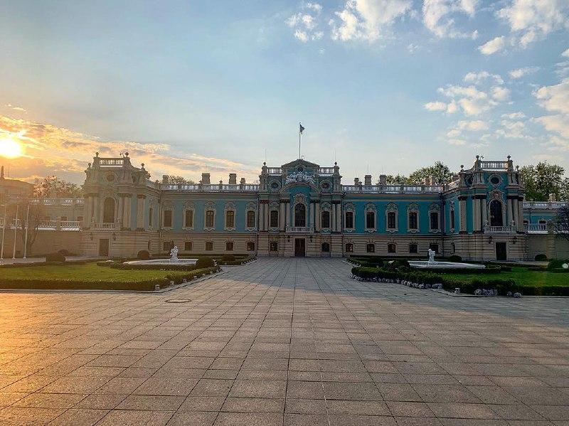 Мариинский дворец в лучах весеннего солнца с утра. Фото: maryna.titova