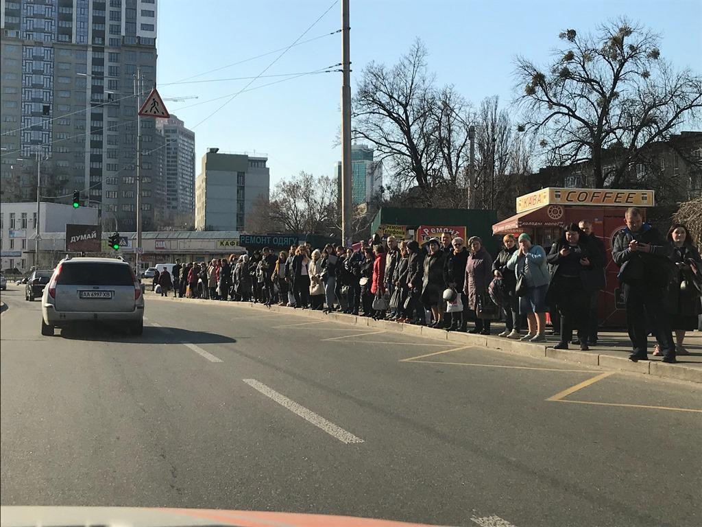 Из-за случившегося на улице Борщаговской огромная тянучка, движение трамваев парализовано, отчего на остановке скопление людей