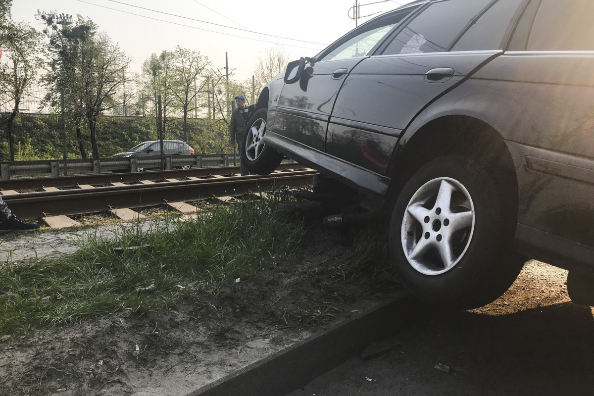 Предварительно, автомобиль наехал на яму и потерял сцепление с дорогой