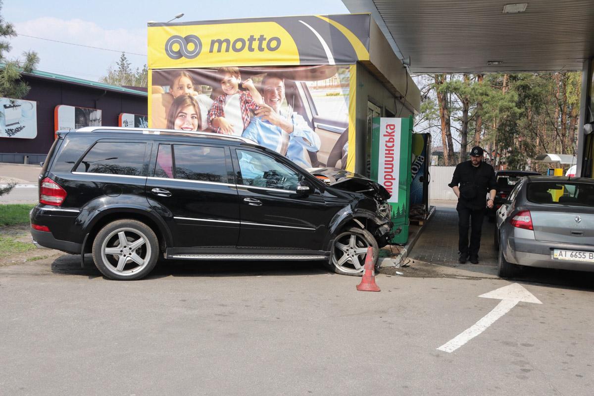 Mercedes влетел в заправочную станцию