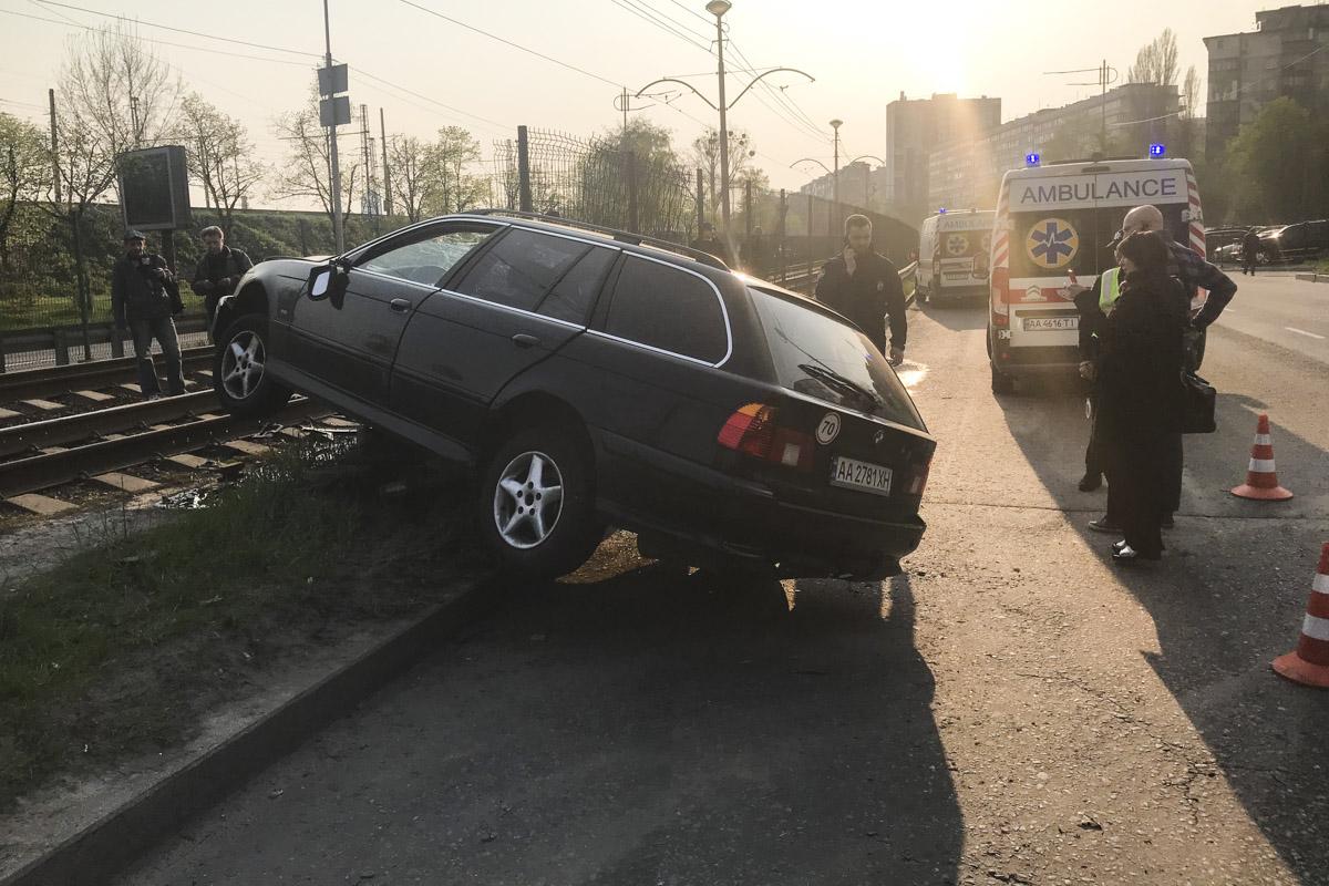 На Борщаговской BMW влетел в отбойник