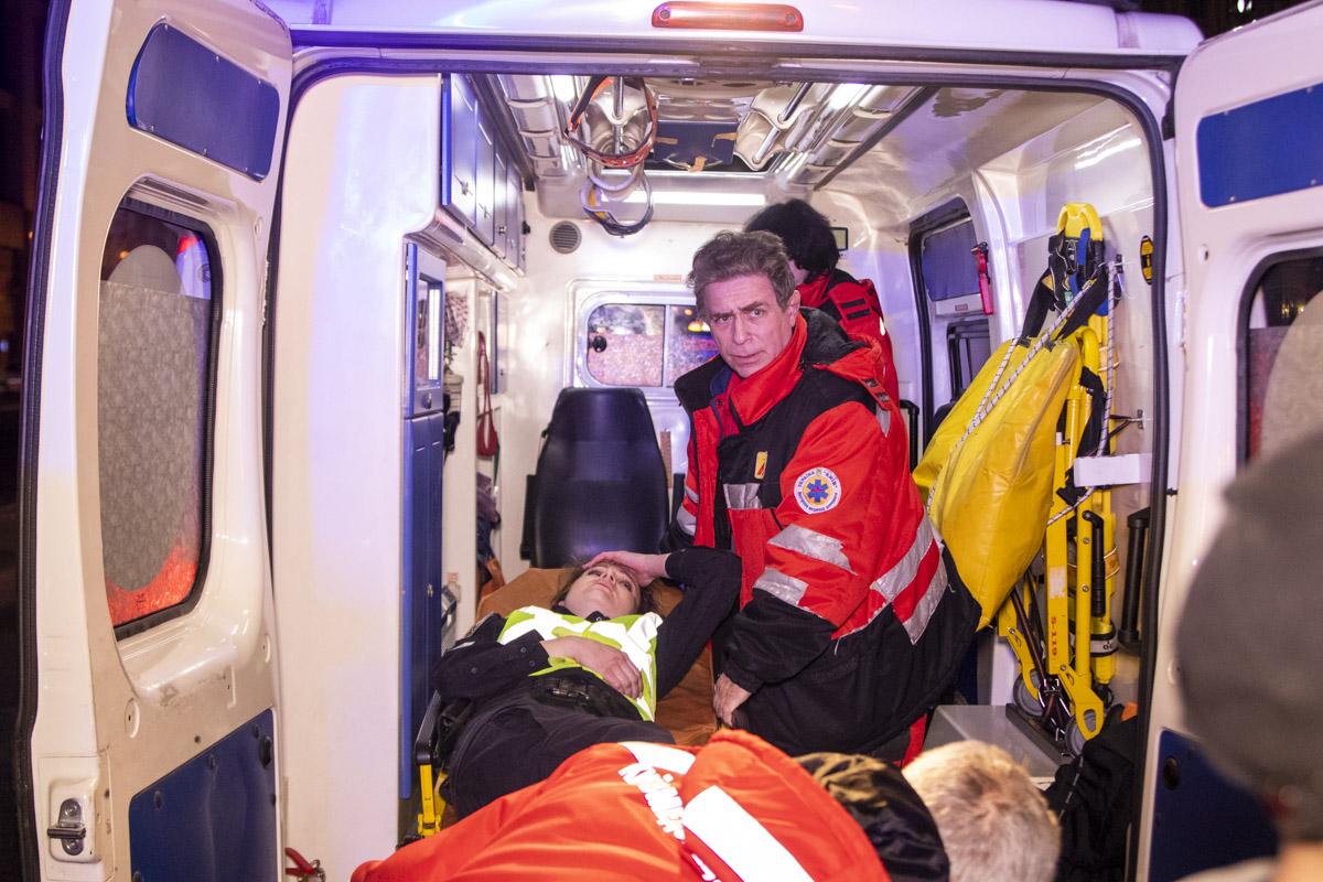 """Пострадавшая пришла в сознание, ее погрузили в машину """"скорой"""" и госпитализировали с травмой головы"""