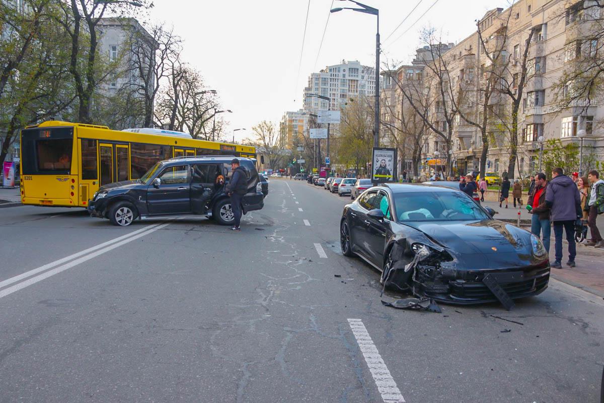 В Киеве на улице Мазепы Mitsubishi Pajero столкнулся с Porsche Panamera
