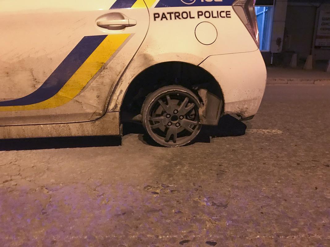 Патрульные устроили погоню за угонщиками и задержали их на Железнодорожном шоссе буквально через 20-30 минут после случившегося на Майдане