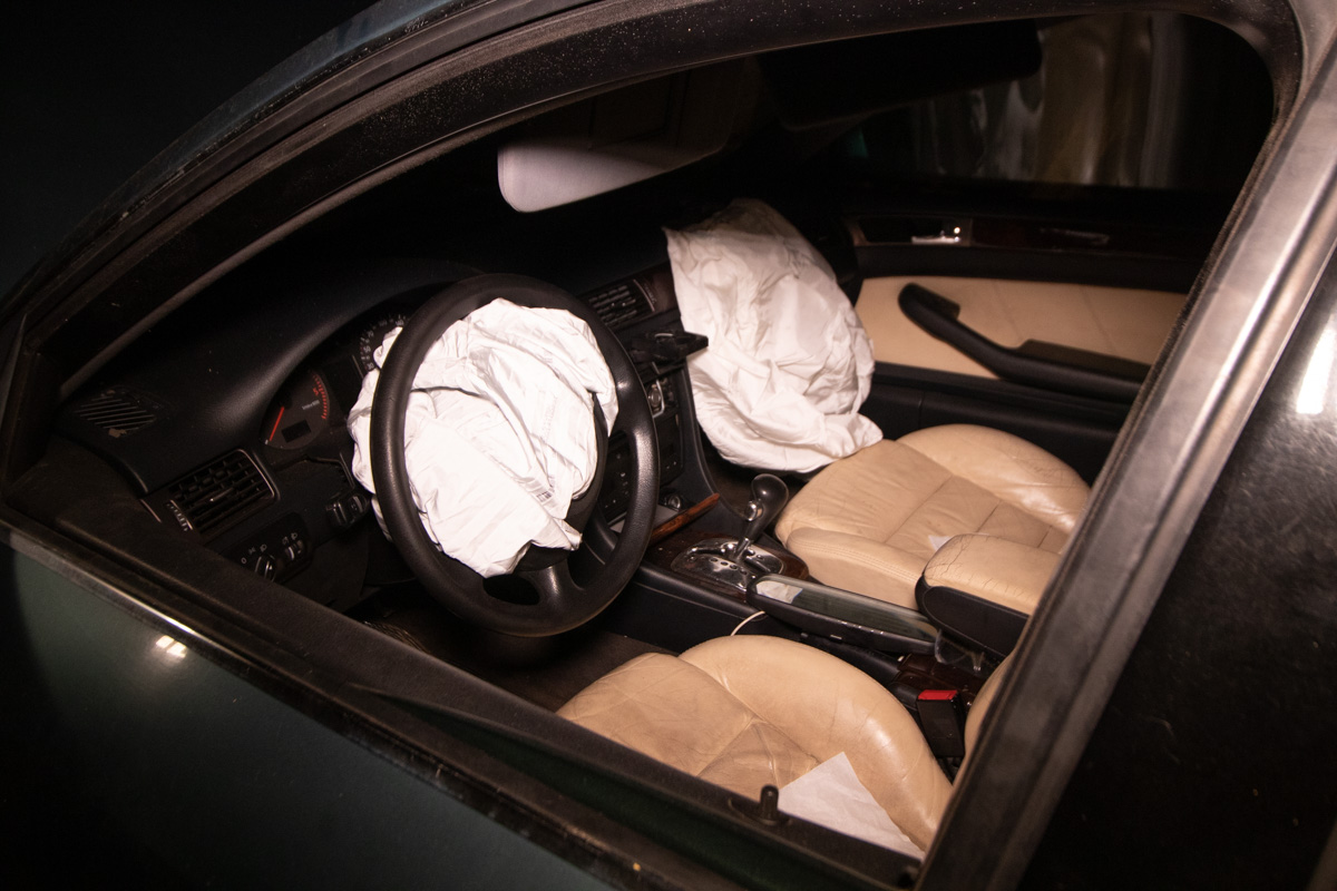 В машине сработали подушки безопасности, однако водитель все же получил травмы и его госпитализировали
