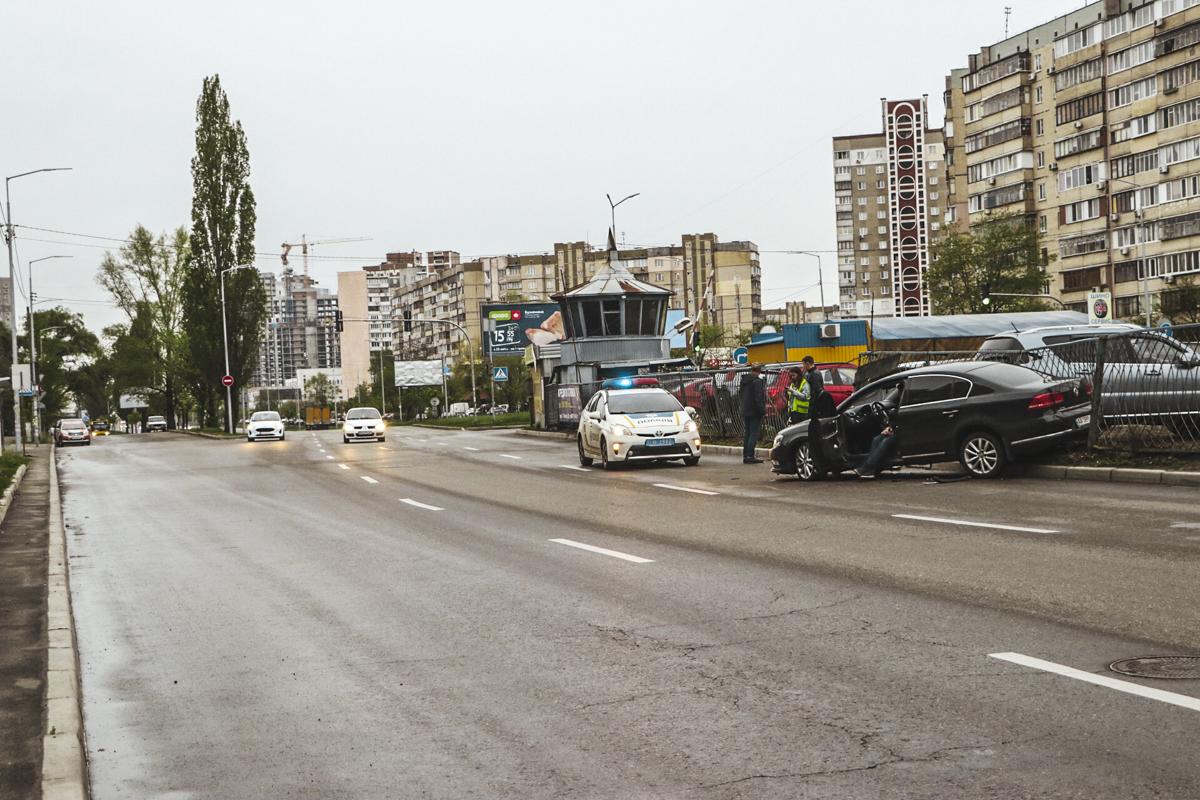 На улице Ревуцкого в Киеве Volkswagen Passat влетел в забор парковки и снес его, повредив припаркованные автомобили