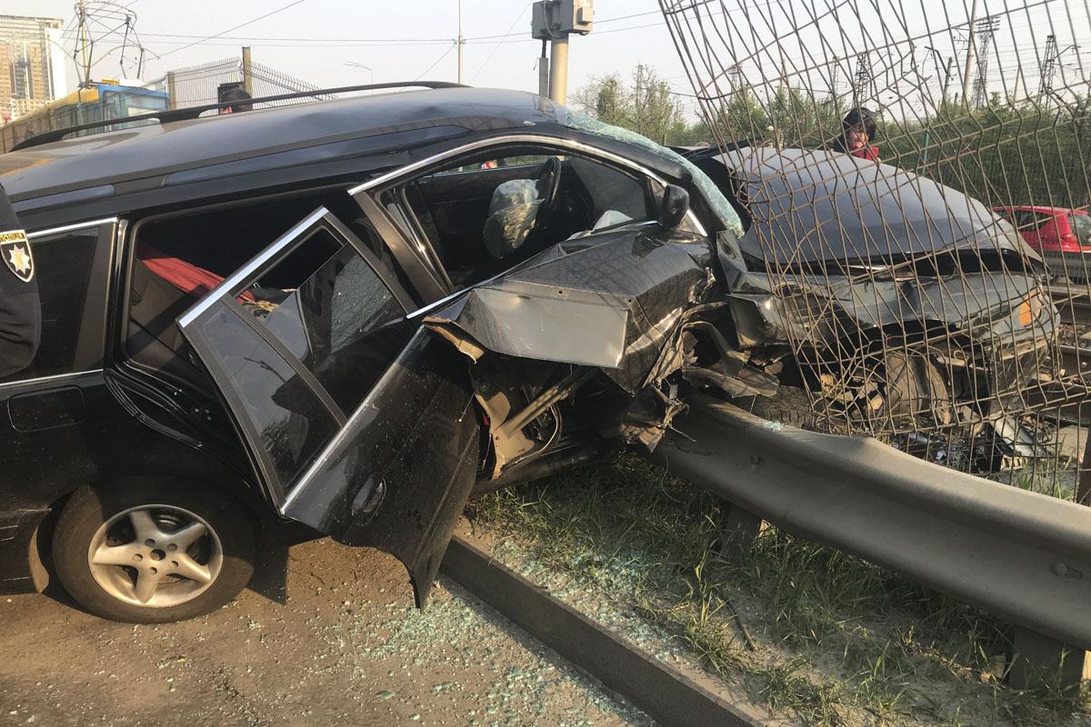 Автомобиль снес забор скоростного трамвая