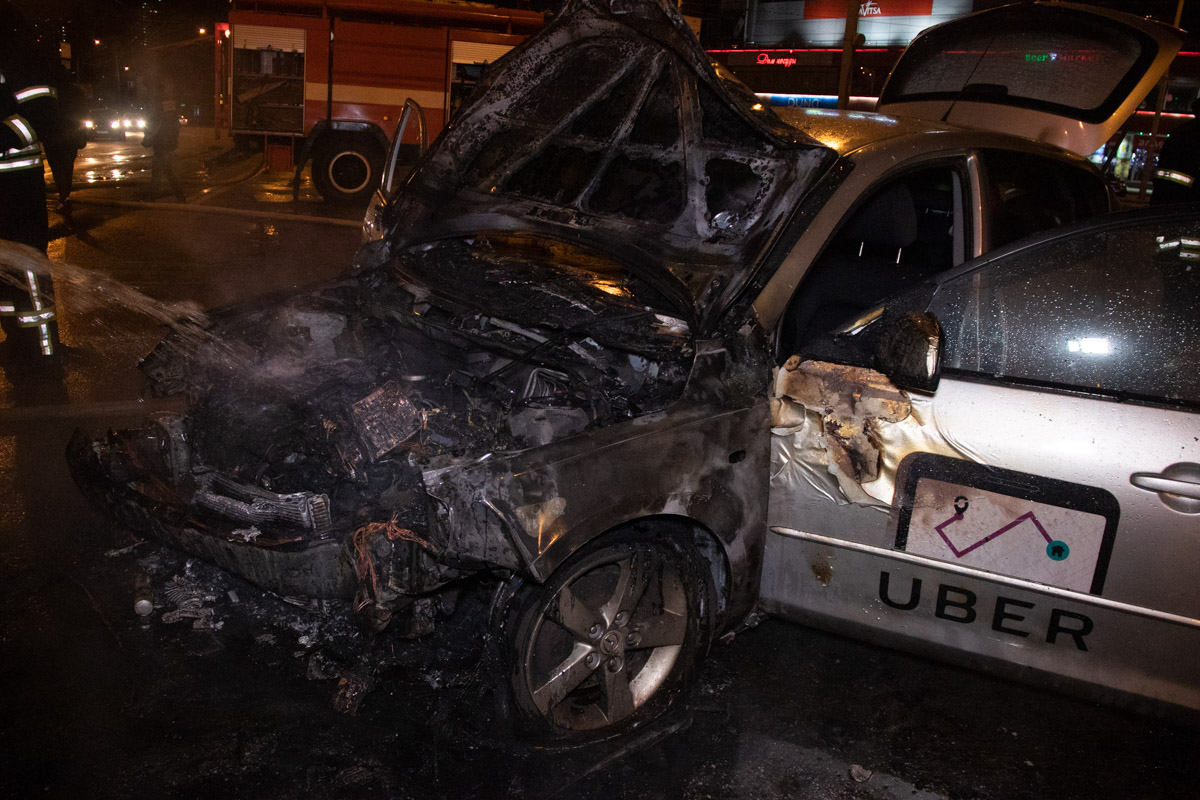 Столкнулись автомобиль Mazda 3 службы такси Uber
