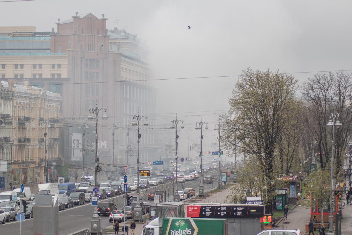 Из-за взрыва петард и запущенных дымовых шашек Крещатик окутал густой дым