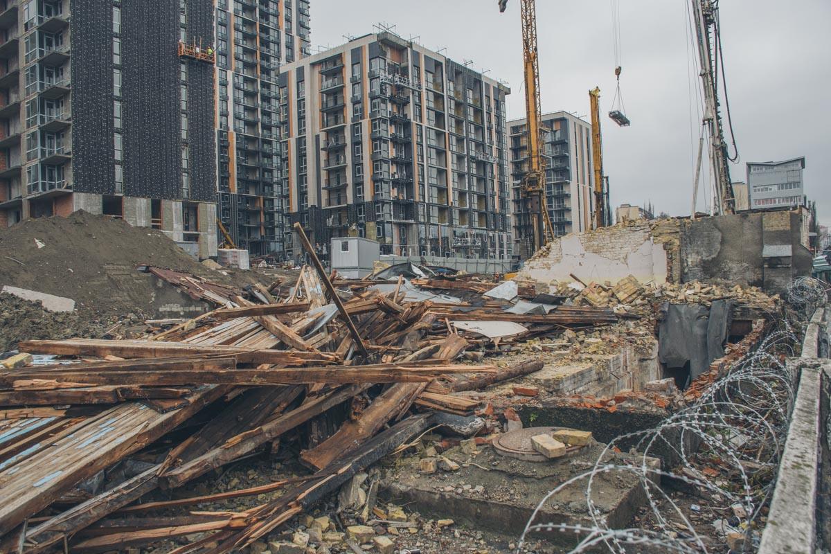"""На фоне руин возвышается громада """"Фрацузского квартала-2"""" - эти здания появятся как раз на месте старой насосной станции"""
