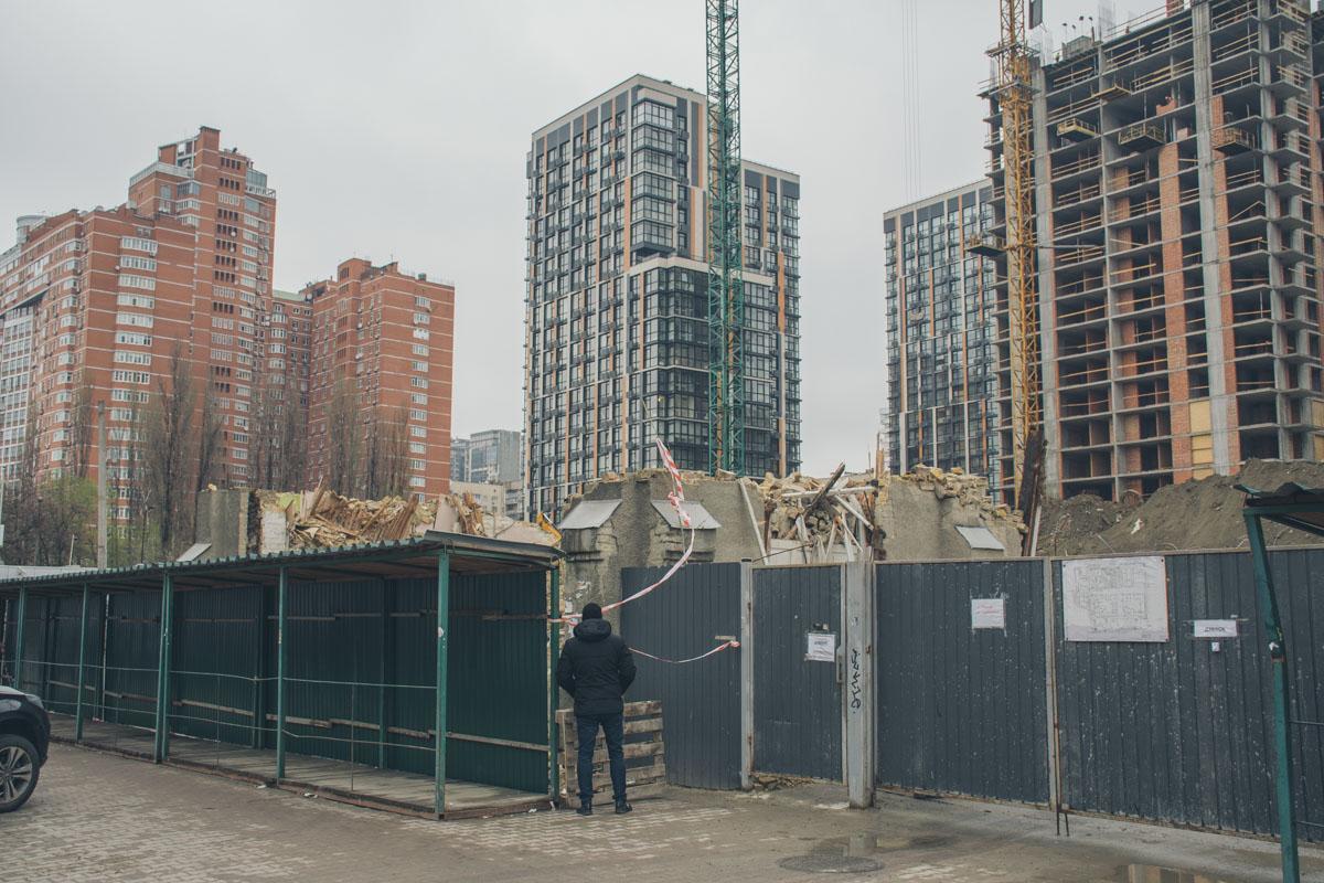 Территория вокруг уже несуществующего здания огорожена - здесь ведется активное строительство