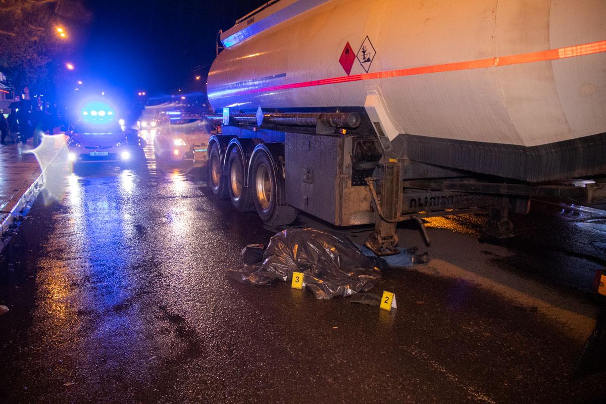Бензовоз сбил мужчину на вид 50-60 лет, который перебегал дорогу в неположенном месте