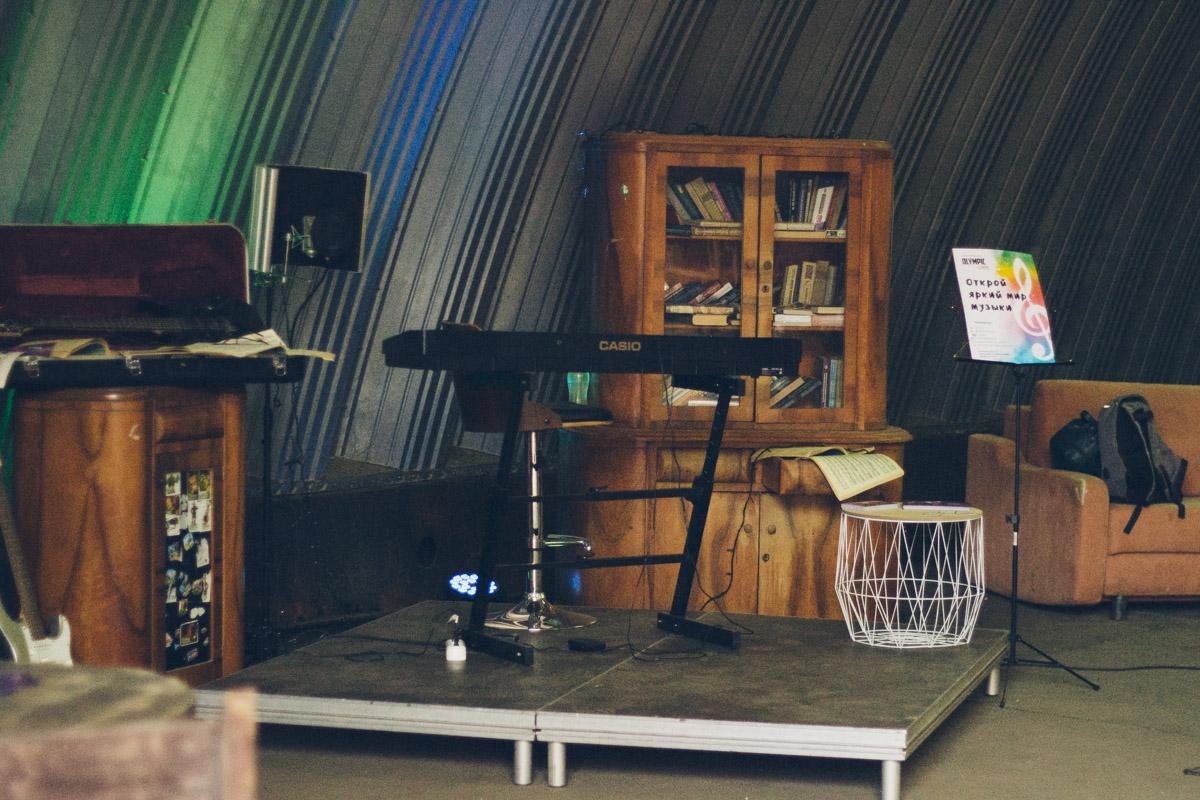 Ангар с музыкальными инструментами, как отдельная фотозона