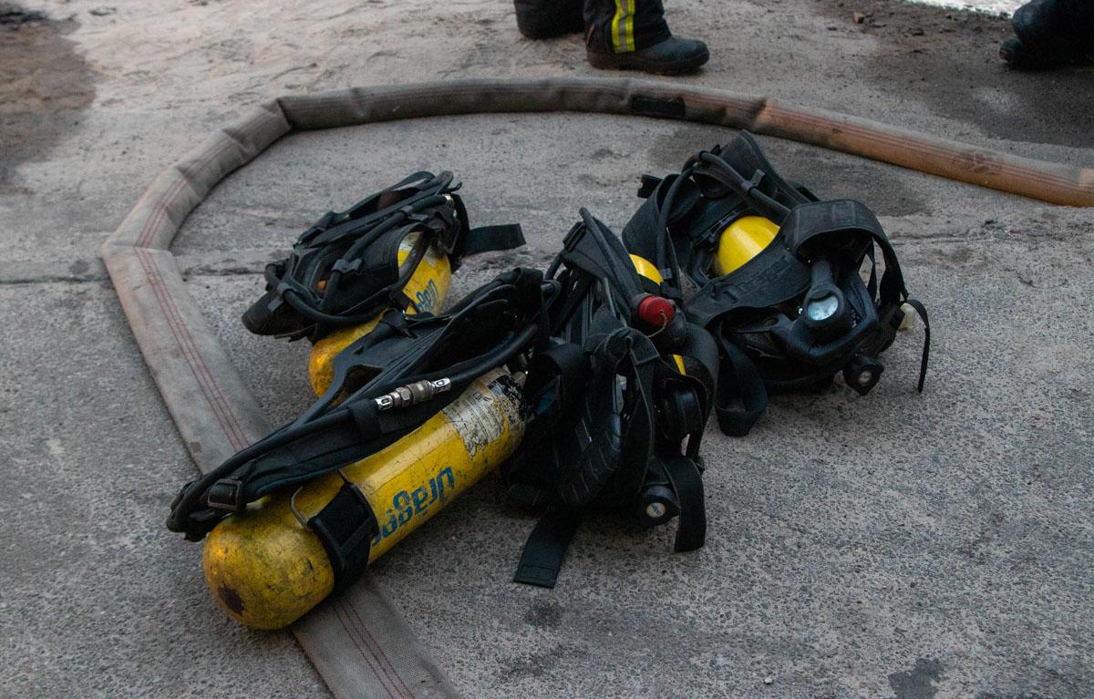Спасатели достали из помещения хозяина квартиры