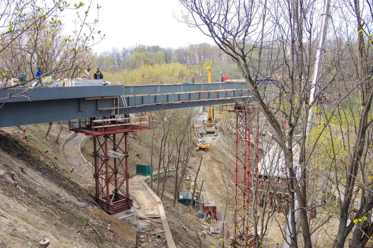 В Киеве продолжается строительство пешеходно-велосипедного моста в центре Киева