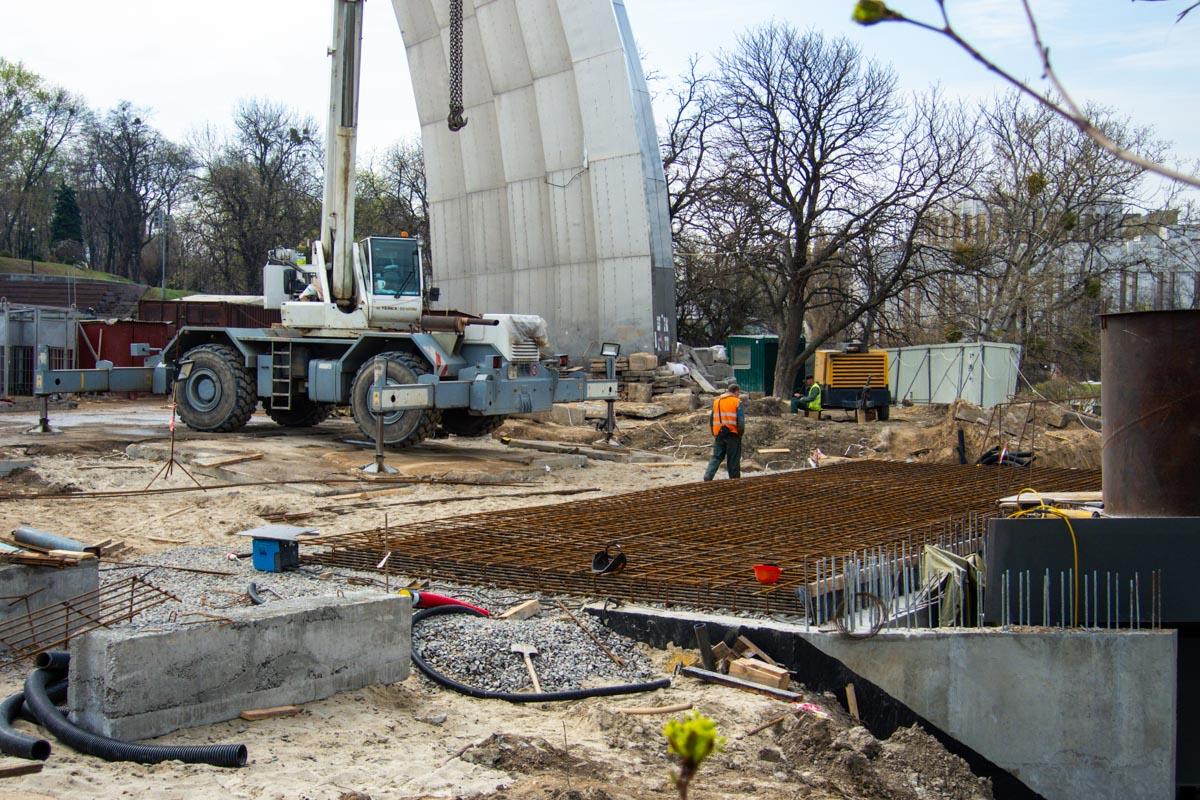 Строители активно работают, стараясь успеть достроить мост ко дню города Киев
