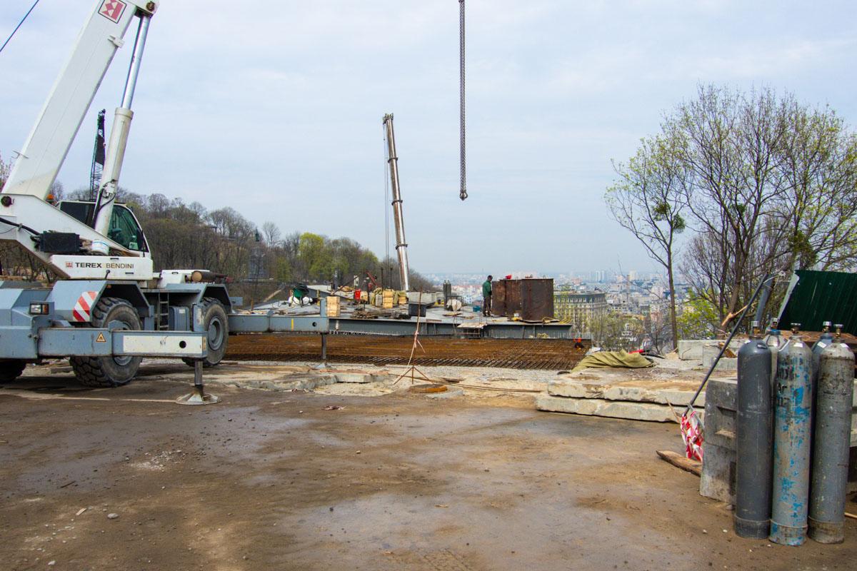 На стройке задействован самый большой в Украине автомобильный кран, который поднимает вес до 150 тонн