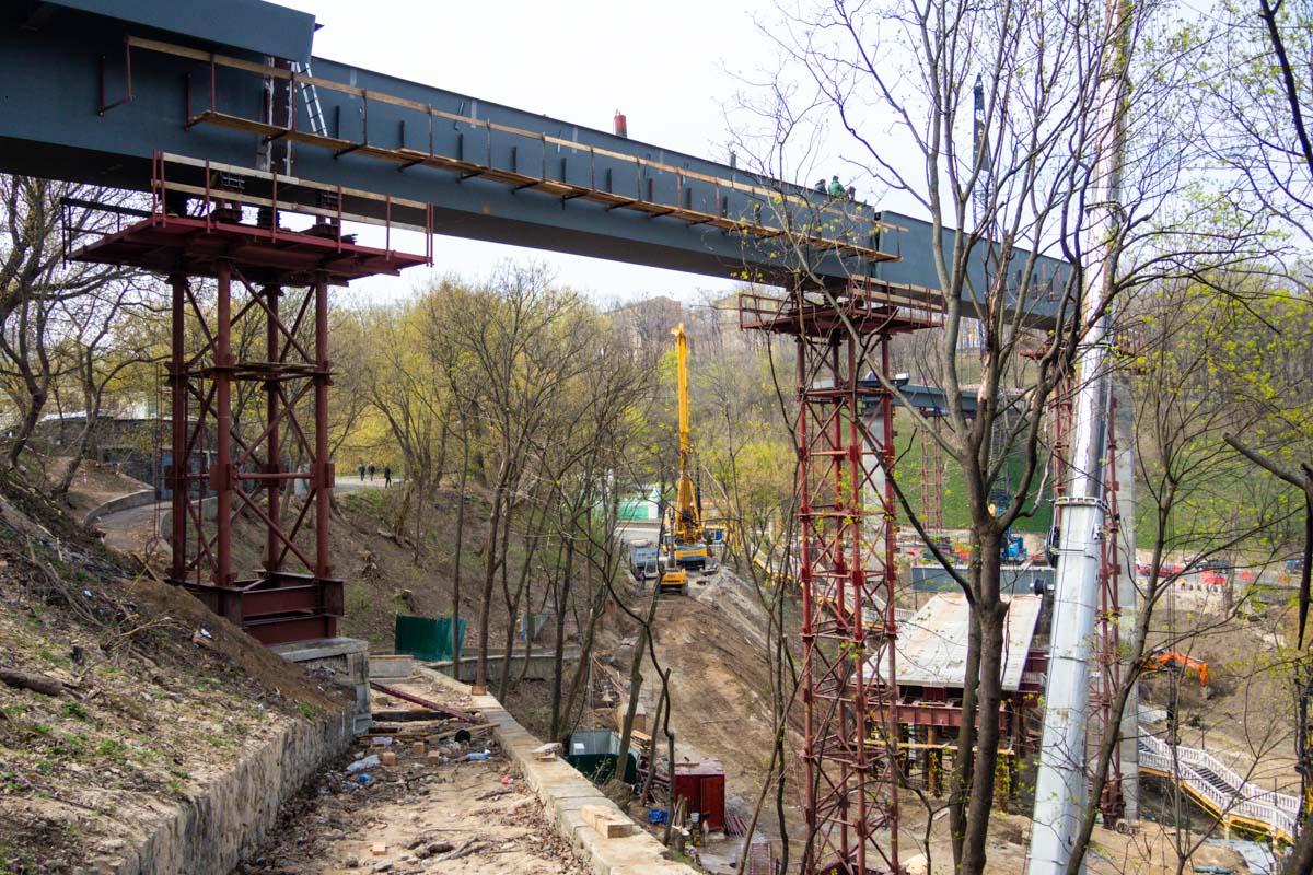 Уже установлены все четыре опоры, а также три из четырех мостовых пролета